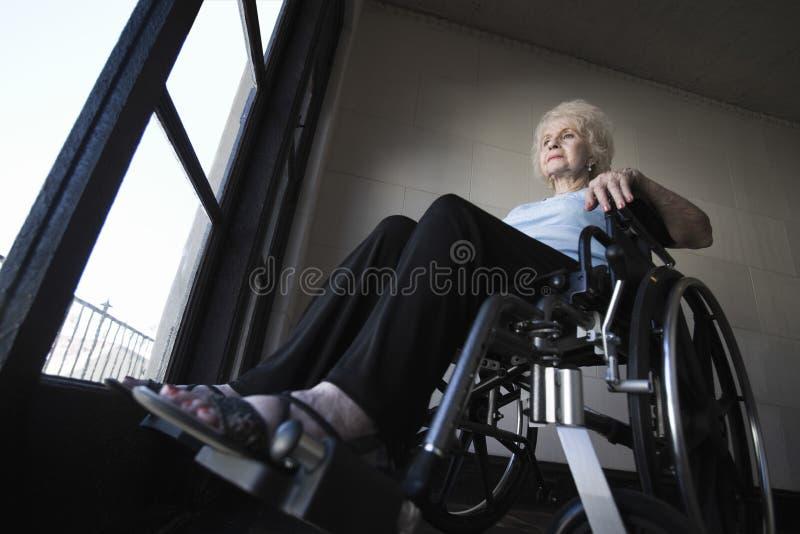 Mujer mayor en silla de ruedas fotos de archivo