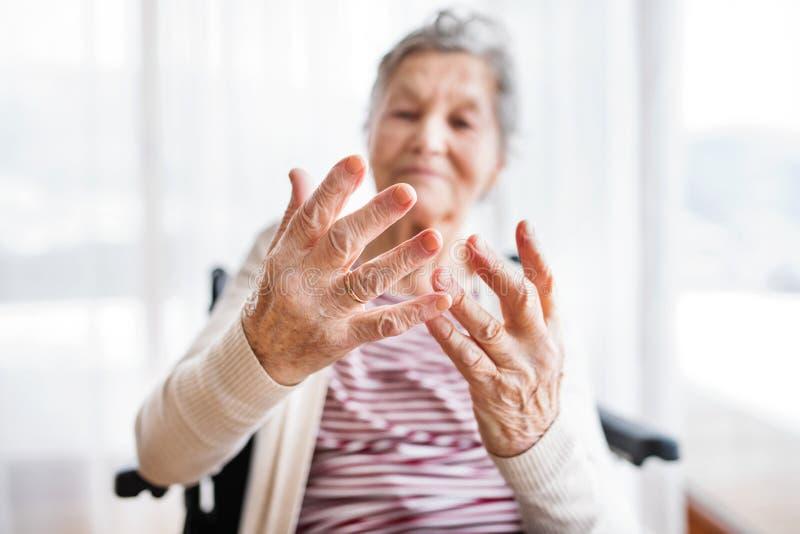 Mujer mayor en silla de ruedas en casa fotos de archivo libres de regalías