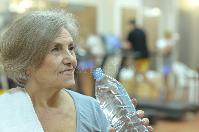 Mujer mayor en un gimnasio imagen de archivo