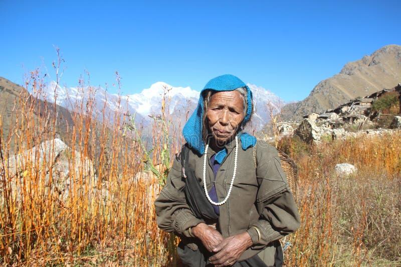 Mujer mayor en un pueblo de montaña imagen de archivo