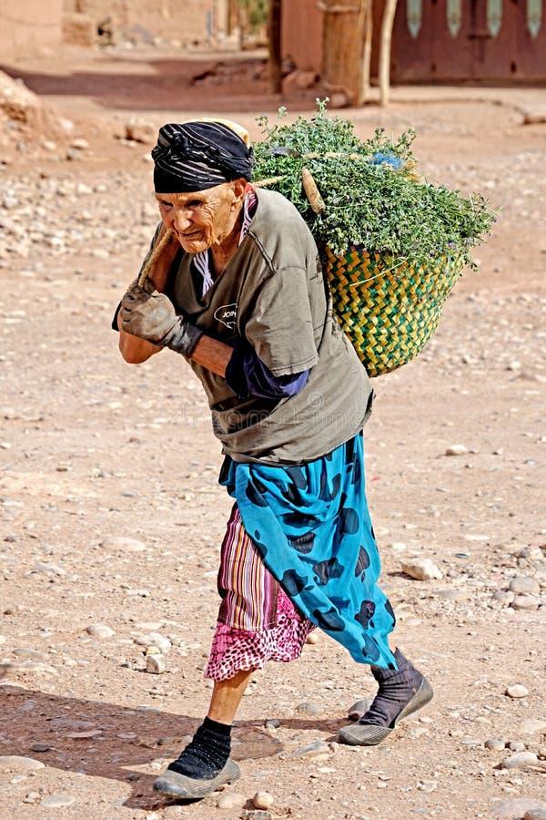 Mujer mayor en un pueblo del berber imagen de archivo