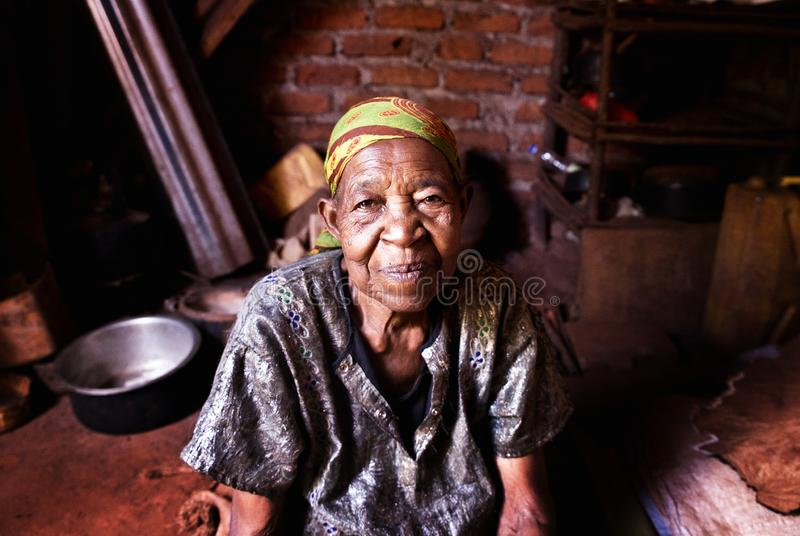 Mujer mayor en un pueblo en Uganda fotografía de archivo