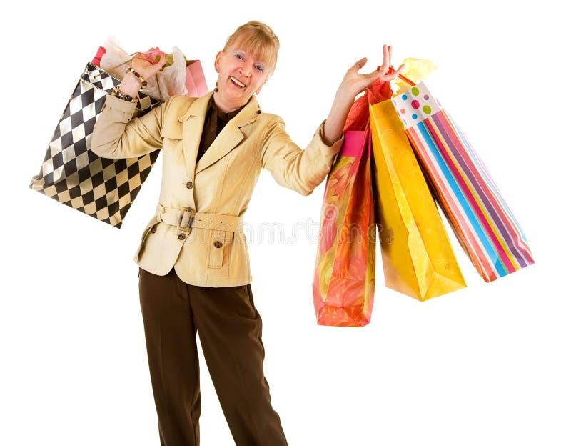 Mujer mayor en una juerga de compras foto de archivo