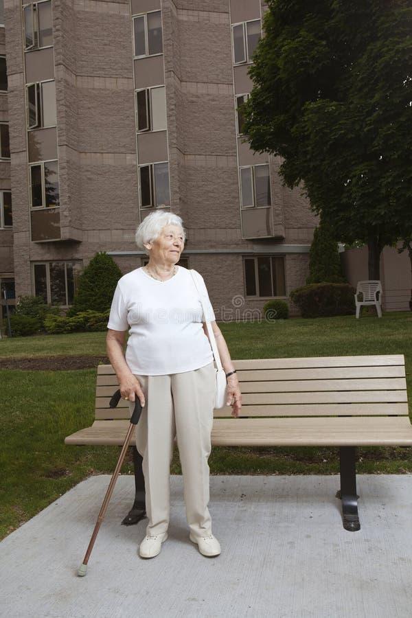 Mujer mayor en una parada de omnibus fotos de archivo libres de regalías