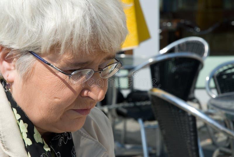 Mujer mayor en vidrios imágenes de archivo libres de regalías