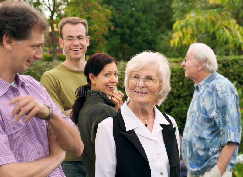 Mujer mayor entre su familia fotografía de archivo libre de regalías