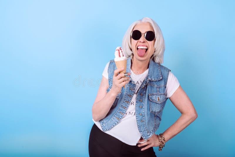Mujer mayor extática que expresa sus emociones imagen de archivo libre de regalías