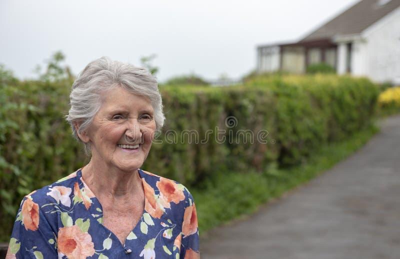 Mujer mayor feliz al aire libre con el espacio de la copia imagenes de archivo