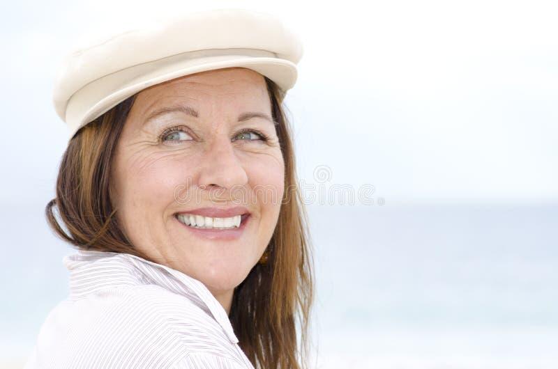 Mujer mayor feliz atractiva del retrato al aire libre   fotos de archivo