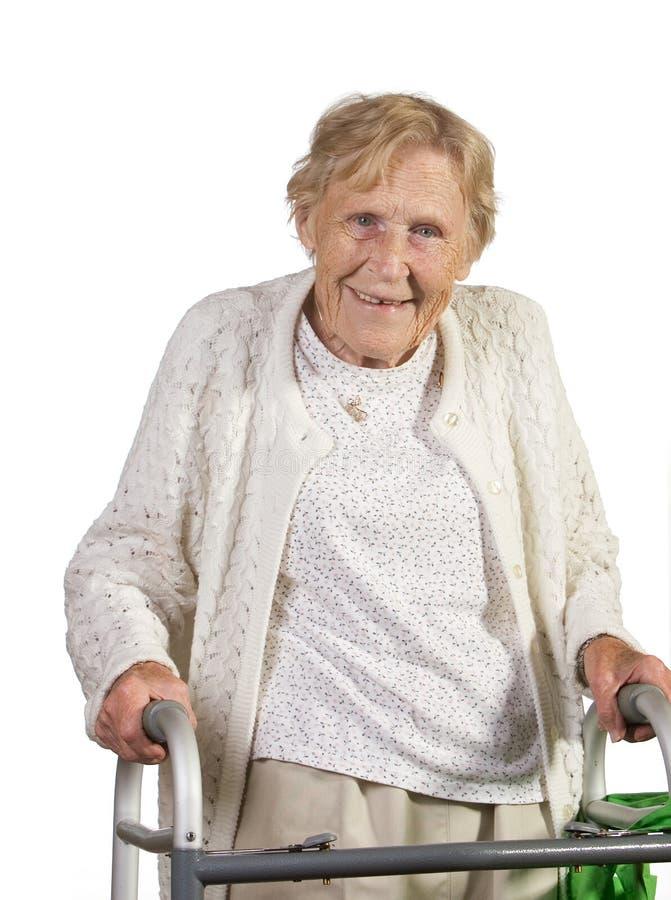 Mujer mayor feliz con el caminante foto de archivo