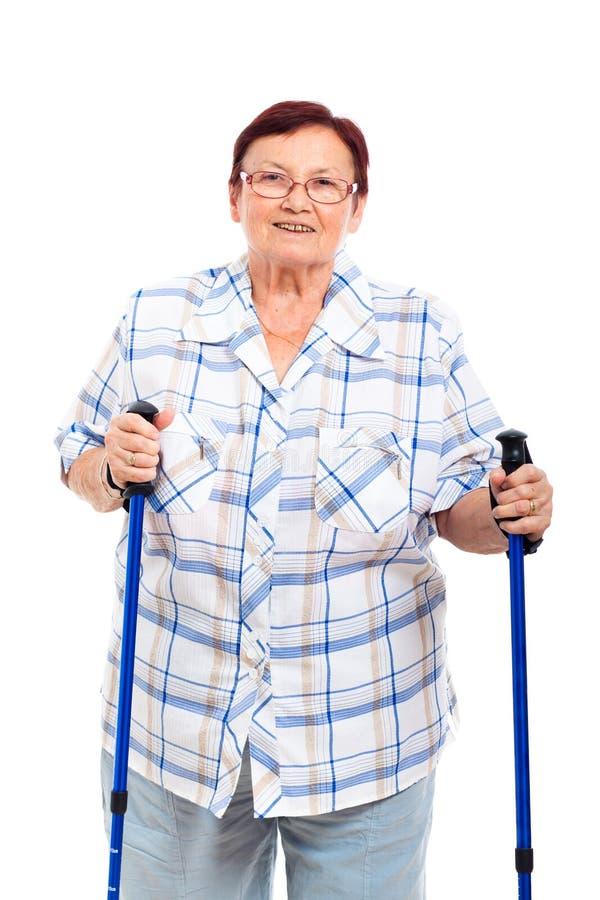 Mujer mayor feliz con los bastones fotografía de archivo
