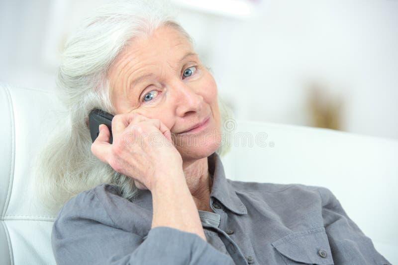 Mujer mayor feliz del retrato en el teléfono imagen de archivo libre de regalías