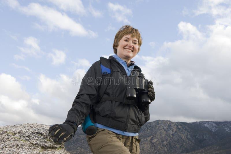 Mujer mayor feliz en caminar viaje foto de archivo