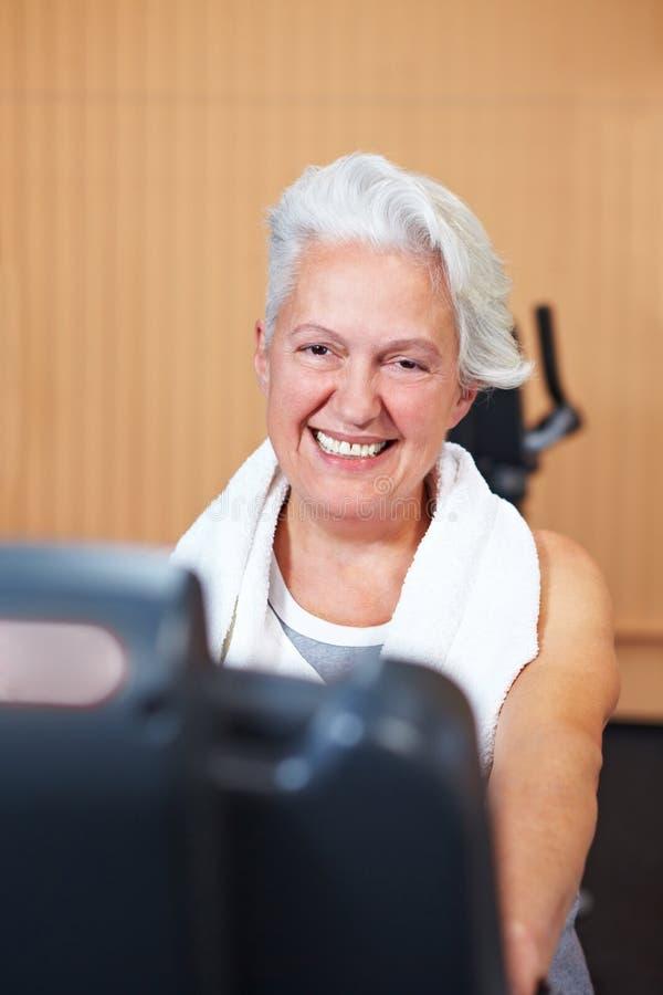 Mujer mayor feliz en gimnasia imagen de archivo