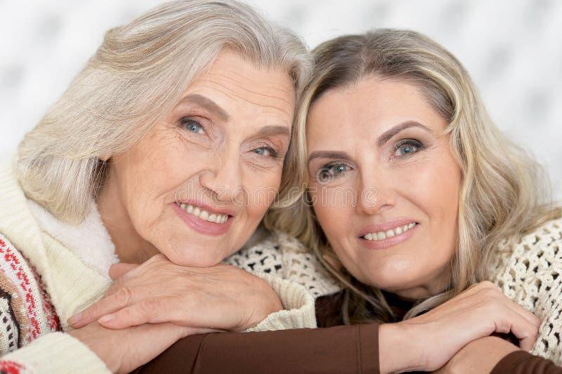 Mujer mayor feliz hermosa dos imagen de archivo libre de regalías