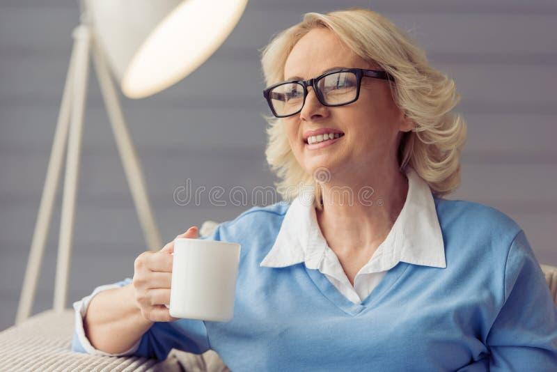 Mujer mayor hermosa fotos de archivo