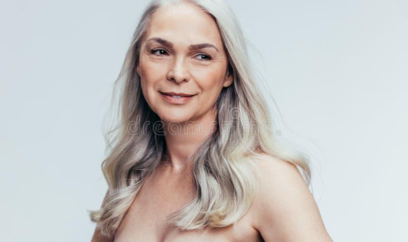 Mujer mayor hermosa que comtempla imagen de archivo libre de regalías