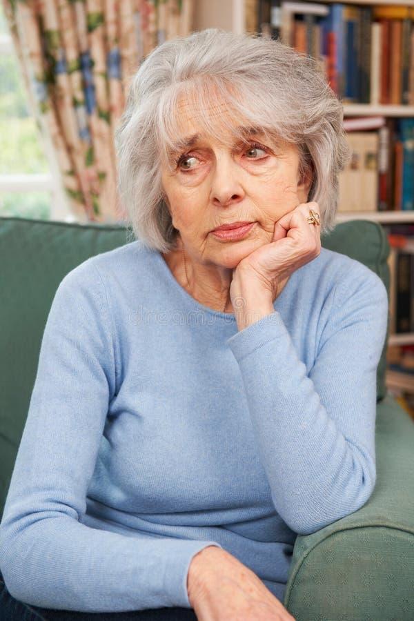 Mujer mayor infeliz en casa imágenes de archivo libres de regalías