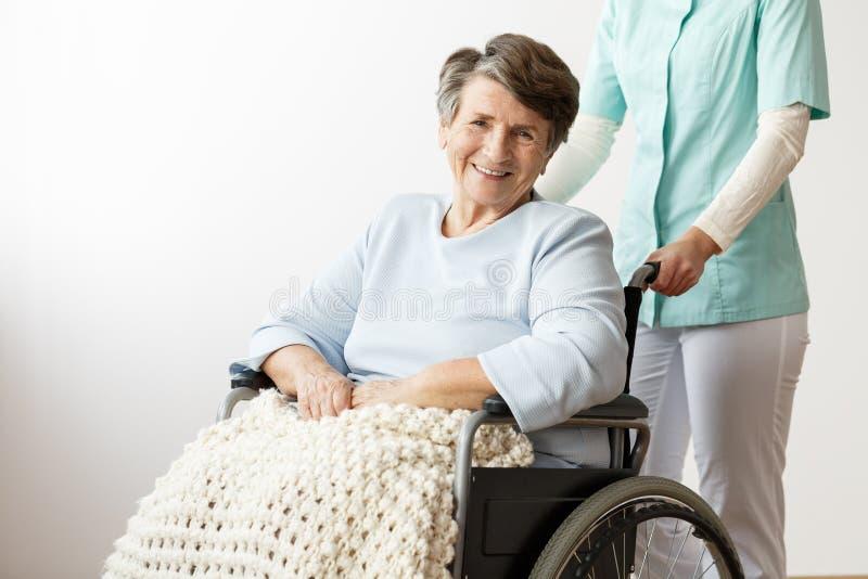 Mujer mayor inhabilitada sonriente fotos de archivo