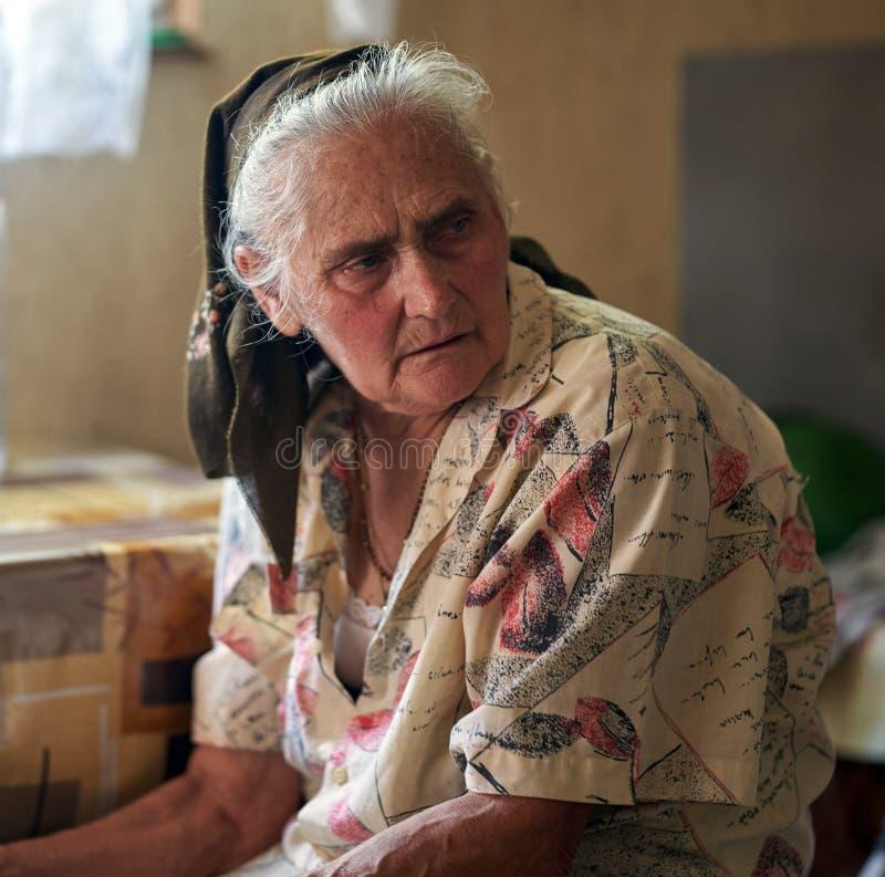 Mujer mayor interior foto de archivo