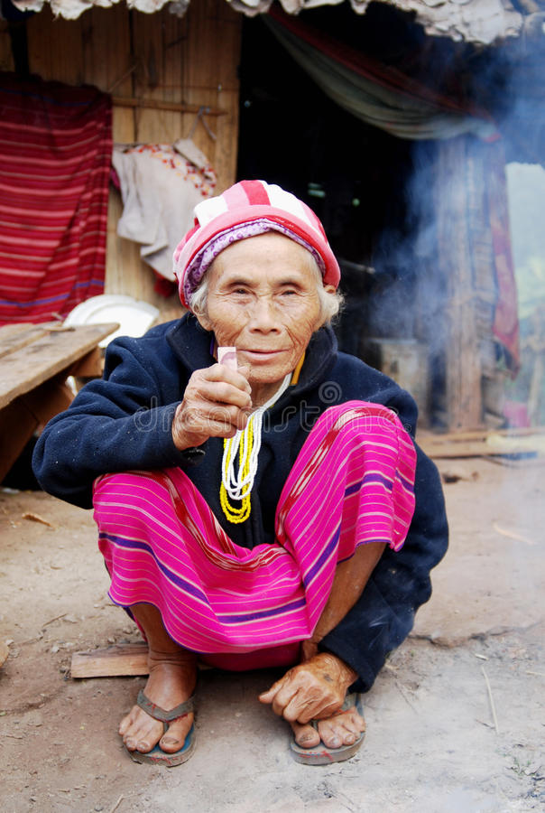 Mujer mayor Karen Tribal Village blanco, Mae Hong Son, Tailandia fotografía de archivo libre de regalías