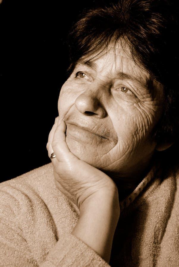 Mujer mayor pensativa imagen de archivo libre de regalías