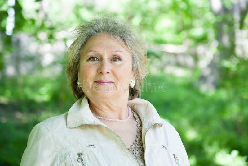 Mujer mayor positiva al aire libre imágenes de archivo libres de regalías