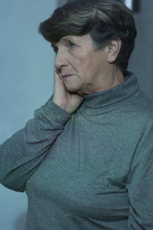 Mujer mayor preocupante que tiene problemas imagen de archivo libre de regalías