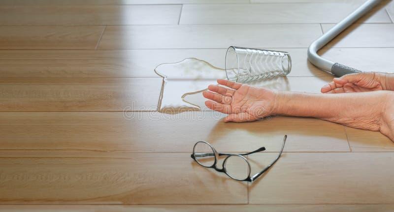 Mujer mayor que cae abajo en casa, ataque del hogar fotografía de archivo libre de regalías