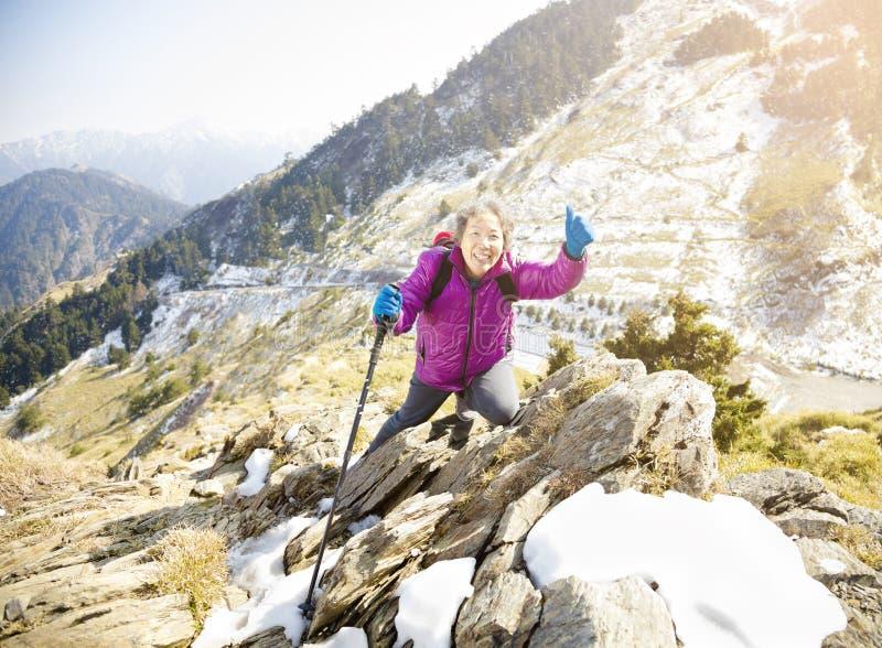 mujer mayor que camina en la montaña fotografía de archivo
