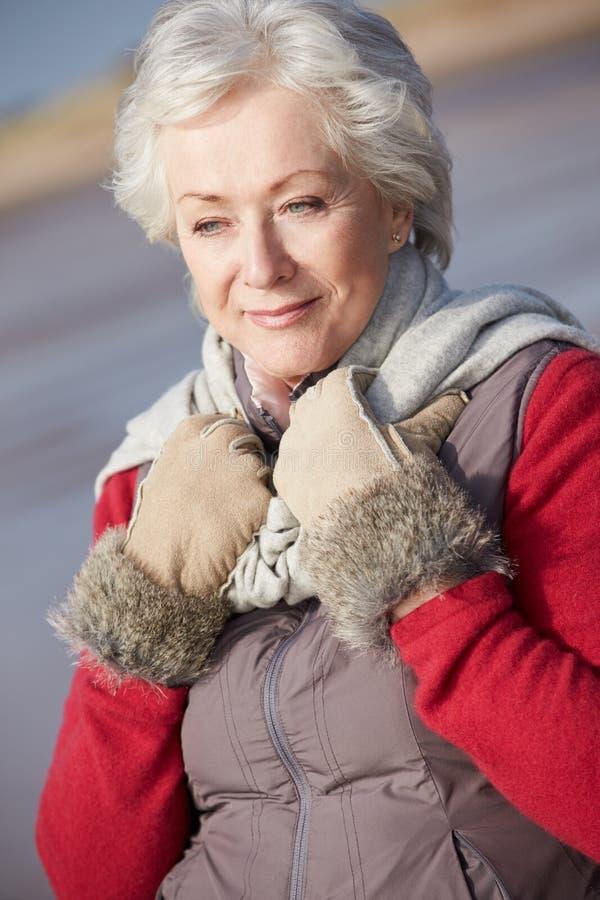 Mujer mayor que camina en la playa del invierno fotos de archivo libres de regalías