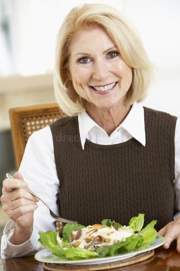Mujer mayor que come la ensalada imagen de archivo libre de regalías