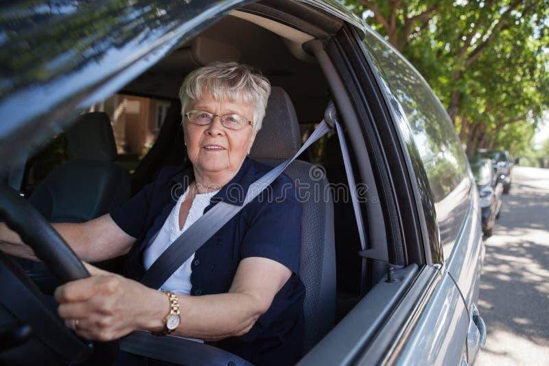 Mujer mayor que conduce el coche imagen de archivo libre de regalías