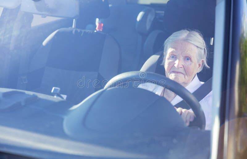Mujer mayor que conduce el coche fotos de archivo libres de regalías