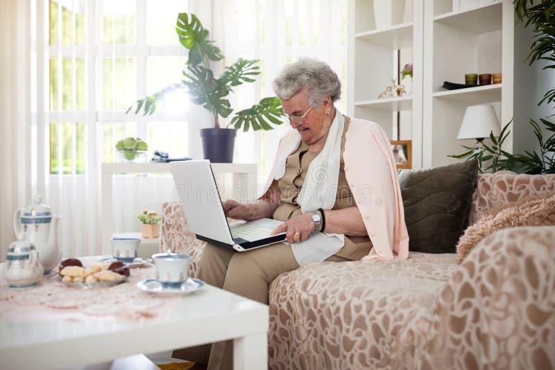Mujer mayor que conecta con su familia imagenes de archivo