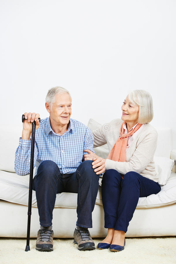 Mujer mayor que cuida para el hombre mayor fotos de archivo