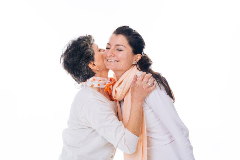 Mujer mayor que da un beso a la hembra sonriente fotografía de archivo libre de regalías