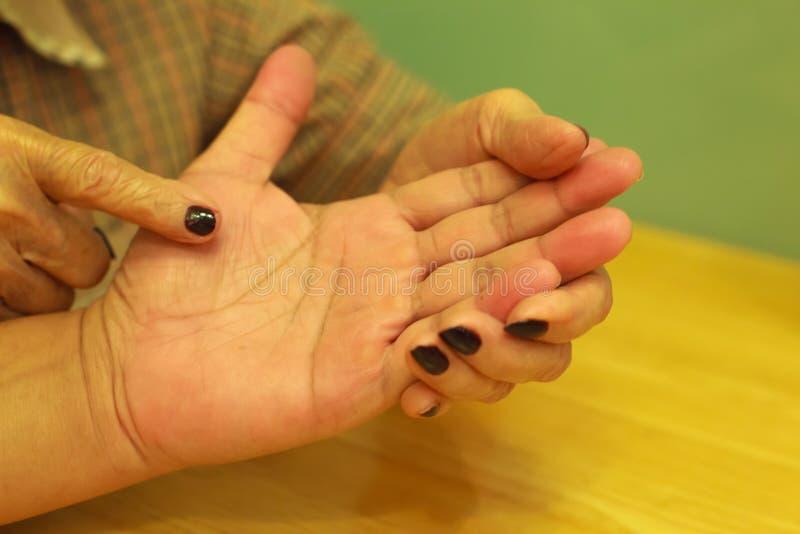 Mujer mayor que dice la fortuna para el hombre joven a través de la lectura de la palma Lectura de la palma, concepto de la quiro fotografía de archivo libre de regalías