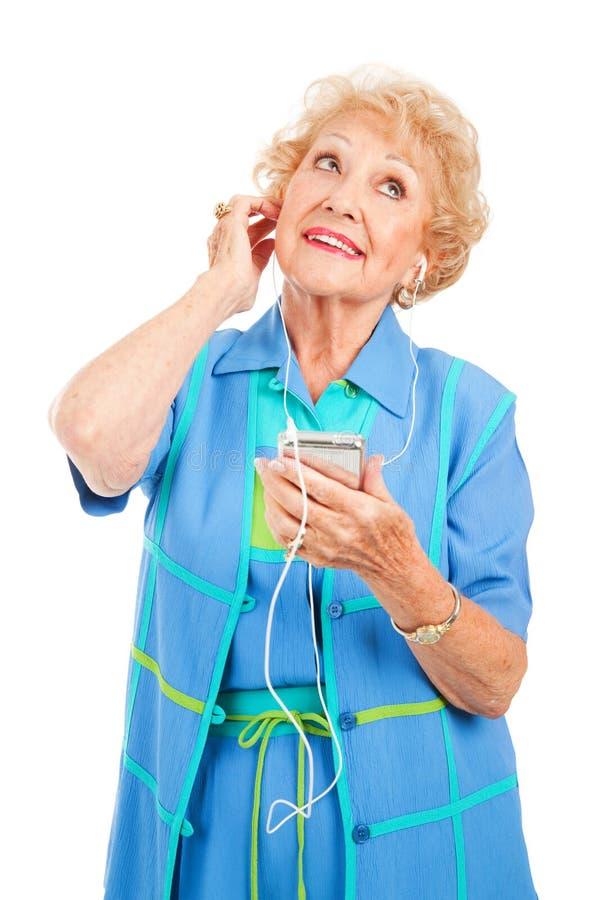 Mujer mayor que disfruta de consonancias imagen de archivo