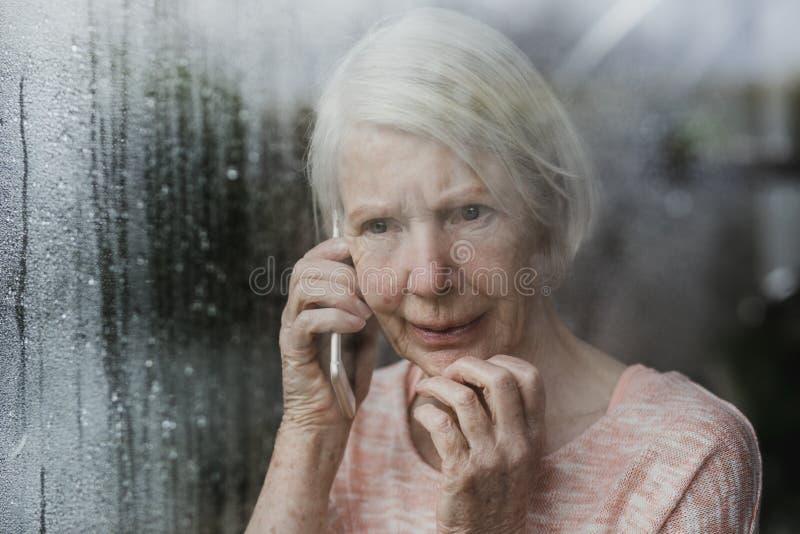 Mujer mayor que divulga un crimen de Neighborhod imagenes de archivo