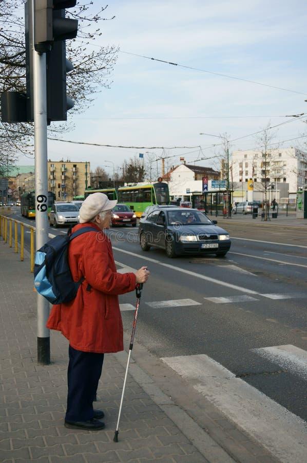 Mujer mayor que espera imagen de archivo