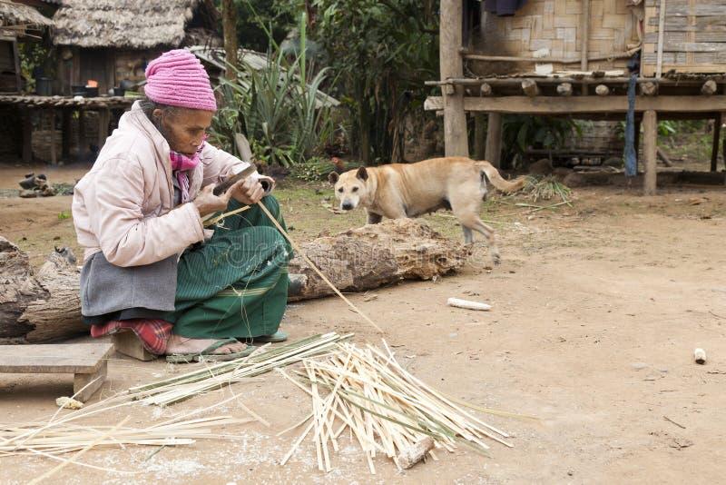 Mujer mayor que hace cestas imágenes de archivo libres de regalías
