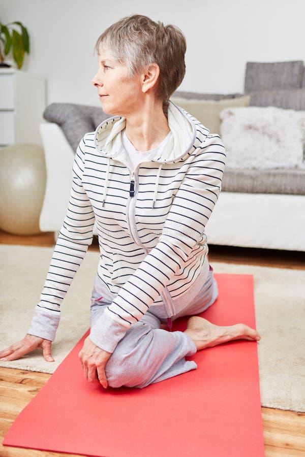 Mujer mayor que hace estirar ejercicio imagen de archivo