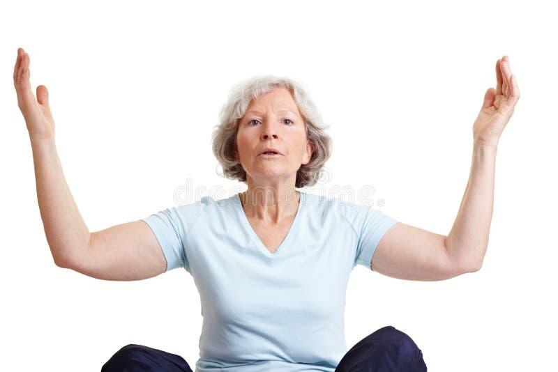 Mujer mayor que hace la respiración imágenes de archivo libres de regalías