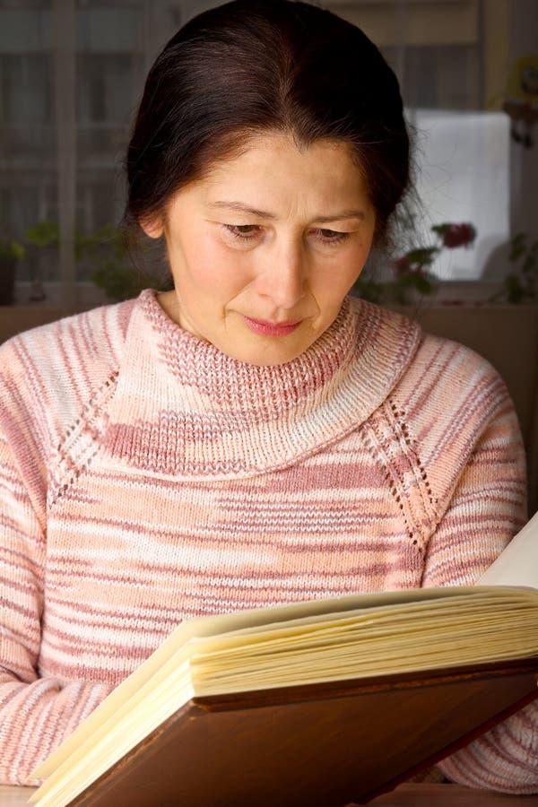Mujer mayor que lee un libro imagen de archivo