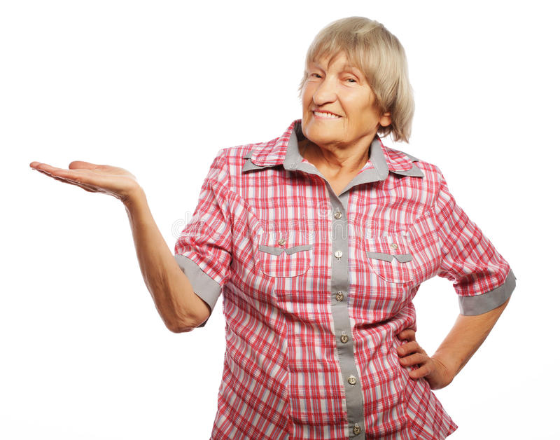 Mujer mayor que muestra su producto fotografía de archivo libre de regalías