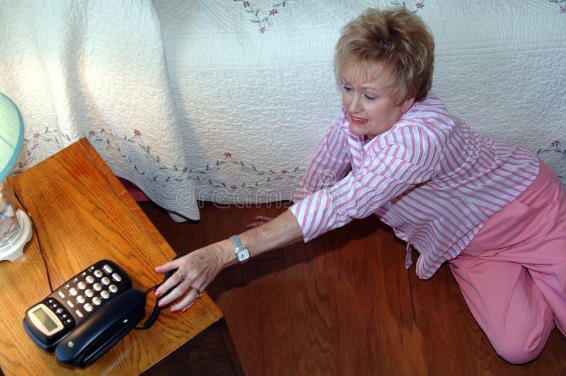 Mujer mayor que necesita ayuda imagenes de archivo