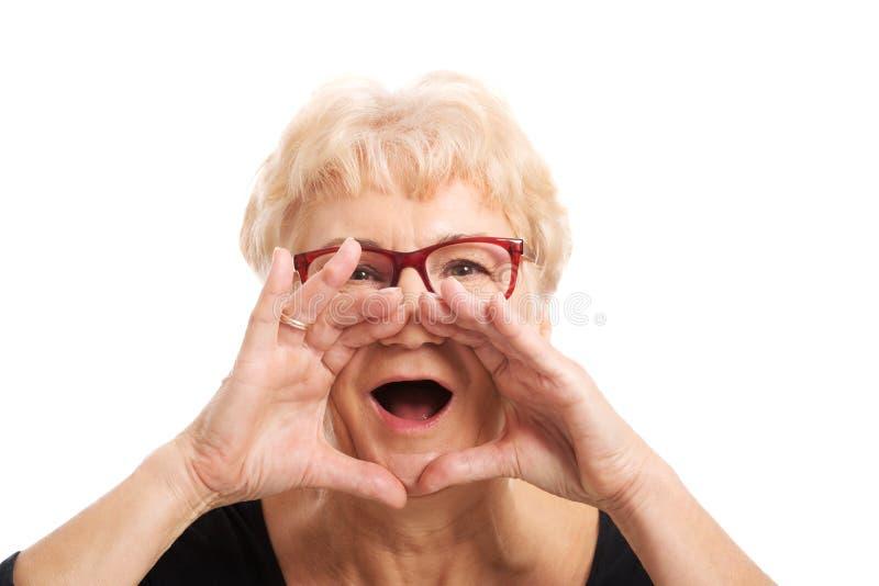 Mujer mayor que pide alguien imagen de archivo