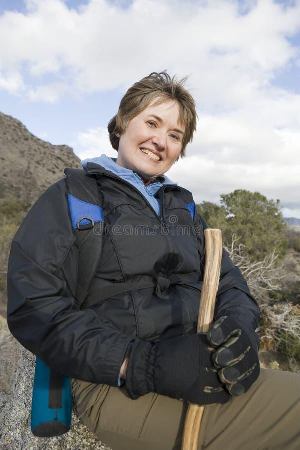 Mujer mayor que se relaja en caminar viaje fotografía de archivo