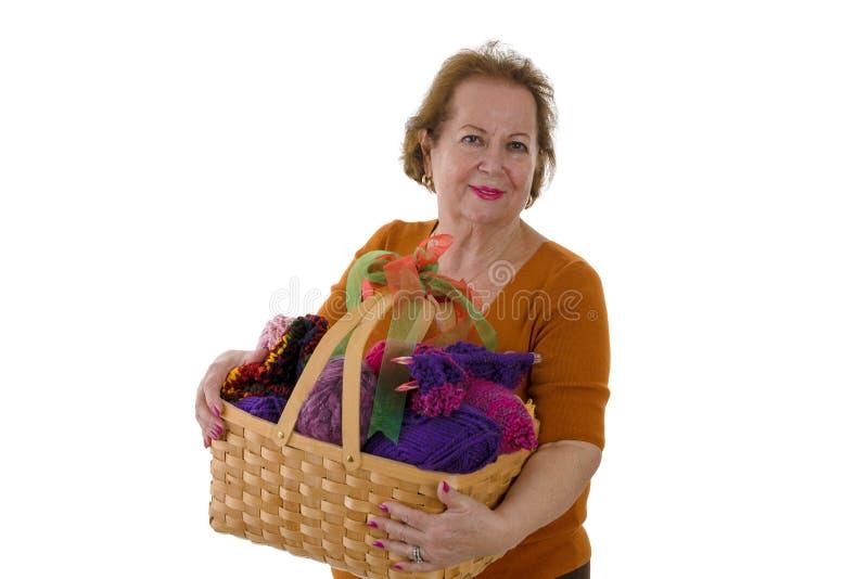 Mujer mayor que sostiene la cesta con hilado foto de archivo libre de regalías
